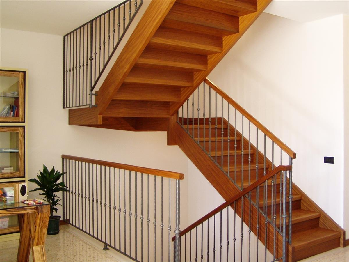Piastrelle scale interne scala interna della cantina for Scale in legno prezzi